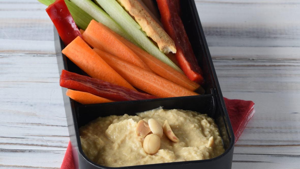 Erdnuss-Hummus mit Gemüsesticks