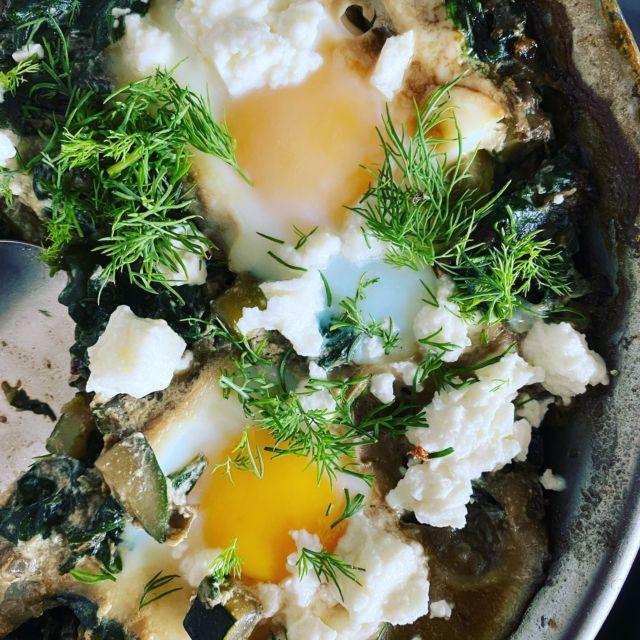 🍳GREEN SHAKSHUKA  ⬇️Scroll down for the easy recipe ⬇️  One of my go to recipes for a quick and easy lunch or an easy weeknight dinner. 🧷 safe the recipe for next week!  ❓tell me, what's your go to recipe when you're short on time?   🇬🇧 (scroll down for German) For 2-4 persons:  1 onion 1 garlic clove  1 zucchini 400 g fresh spinach  1 bunch of dill  2 tbs olive oil  1/2 tsp grounded cumin  Salt  pepper  1-2 tbs creme fraiche  4 eggs  100 g feta   Dice onion, garlic and zucchini. Coats chop spinach. Chop dill.  Heat the oil in a non stick pan. Fry onions for 3-4 minutes, add garlic and zucchini. Stir fry for around 5 minutes.   Add cumin, then add spinach and stir fry till wilted, around 2-3 minutes. Season with salt and pepper, stir in creme fraiche, put the heat on low.  With the back of a spoon make 4 wells in the spinach mix. Crack eggs one by one in a cup, let slide into the wells. Cover the pan and let the eggs cook until set, around 5-8 minutes.  Crumble feta over the shakshuka, sprinkle with dill. Serve with bread, if you like.   🇩🇪 Für 2-4 Personen:  1 Zwiebel  1 Knoblauchzehe 1 Zucchini 400 g Blattspinat  1 Bund Dill 2 EL Olivenöl 1/2 tsp gemahlener Kreuzkümmel Salz  Pfeffer  1-2 EL Creme fraiche 4 Eier  100 g Feta   Zwiebel, Knoblauch und Zucchini würfeln. Spinat grob hacken. Dill hacken.  Öl in einer beschichteten Pfanne erhitzen. Zwiebel darin 3-4 Minuten andünsten. Knoblauch und Zucchini zugeben, unter Wenden ca. 5 Minuten anbraten.   Kreuzkümmel unterrühren. Spinat zugegen und unter Wenden in 2-3 Minuten zusammenfallen lassen. Mit Salz und Pfeffer würzen, Creme fraiche einrühren. Hitze reduzieren.  Mit t einem Löffel 4 Kuhlen in den Spinatmix drücken. Eier einzeln in eine Tasse aufschlagen, in die Kuhlen gleiten lassen. Zugedeckt in 5-8 Minuten stocken lassen.   Feta darüber bröseln, mit Dill bestreuen. Nach Belieben mit Brot servieren.  • • • • • • #shakshuka #INGAcooks #greenshakshuka #spinachlover #newrecipe #healthyrecipe #weeknightdinner #quicklu