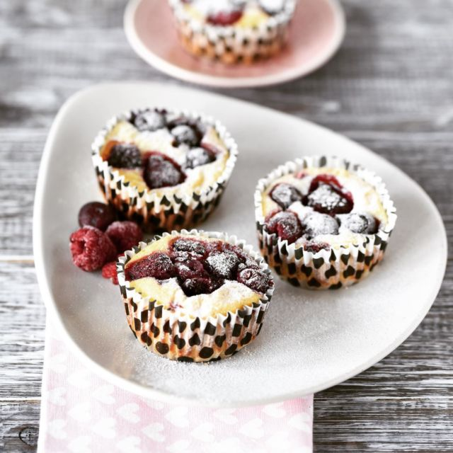 MINI-CHEESECAKES WITH BERRIES  Yes, the weekend is here 🎉 If you look for a little treat, how about this little cheesecakes with berries?  ➡️ quick and easy to make ➡️ with protein rich quark ➡️ only 110 kcal per piece   RECIPE IN BIO ⬆️ We'll start our weekend soon with a dinner at a rather unusual place. Can't wait! I'll show you more in my stories tonight.  ❓what are you up to this weekend?   • • • • • • #cheesecake #INGAbakes #cheesecakemuffins #minicheesecake #newrecipe #berryseason #berrycheesecake #cheesecakelove #instafood #weekendtreat #quickandeasy #triedandtested #easybaking #happyfood #familyrecipe #bakingismytherapy #friyay #yummybuthealthy  #instayum  #cheesecakelover